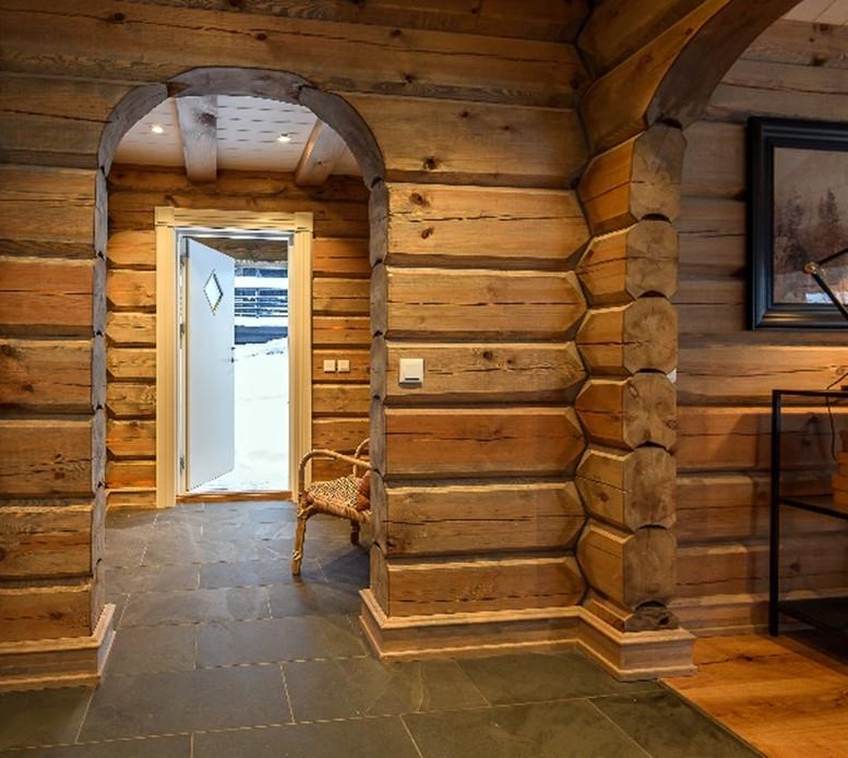 Interiørbilde fra en tømmerhytte