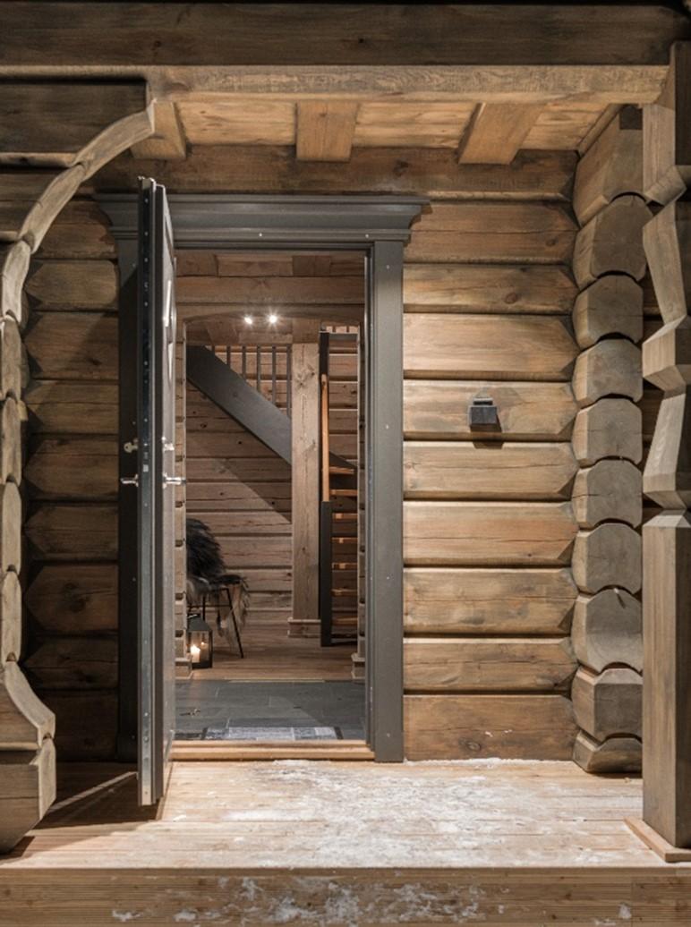 Inngangsparti i en tømmerhytte satt opp av Tyrihans